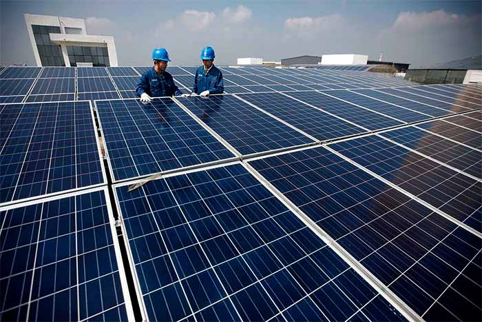 How-long-until-a-20kW-solar-system-pays-for-itself-workers-set-up-panels
