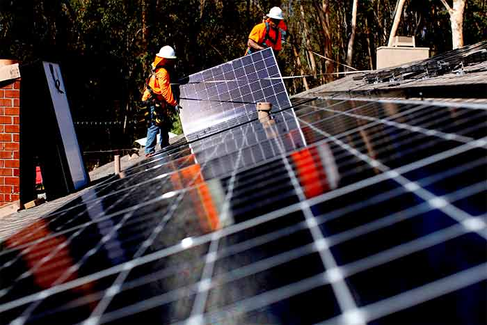 SERAPHIM-solar-panel-specification-datasheet-two-workers